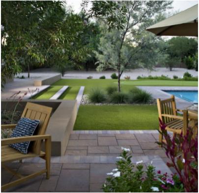jardín con césped artificial