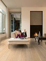 Parquet laminado de roble long island natural de la marca quick-step de la serie largo en un ambiente de habitación.