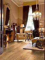Parquet laminado de roble barnizado blanco de la marca quick-step de la serie largo en un ambiente de habitación