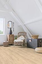 Parquet laminado de roble bosque beige MJ3545 de la marca Quick-Step de la serie Majestic en un ambiente de habitación.