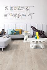 Parquet laminado de roble long island claro de la marca quick-step de la serie largo en un ambiente de habitación.