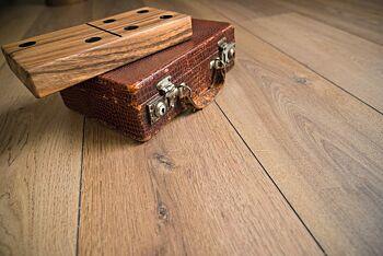Suelo laminado Mundoparquet roble marrón en ambiente de habitación