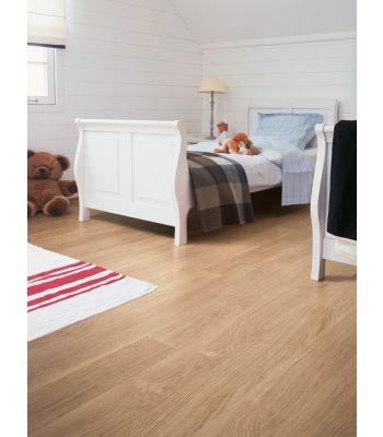 Parquet laminado de  de roble barnizado natural EL896 la marca quick-step de la serie eligna en un ambiente de habitación.
