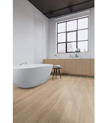 Parquet laminado de roble valle beige claro de la marca quick-step de la serie majestic en un ambiente de habitación.