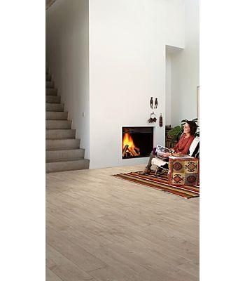 Parquet laminado de roble auténtico de la marca quick-step de la serie largo en un ambiente de habitación.