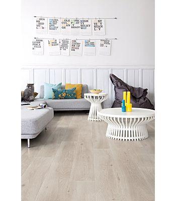 Parquet laminado de roble pacífico de la marca quick-step de la serie largo en un ambiente de habitación.