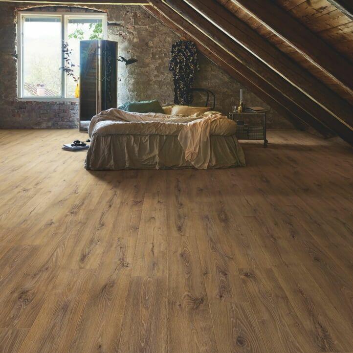 parquet laminado roble barnhouse de la marca pergo de la serie original excellence sensation resistente al agua superficialmente l0239-04307 en habitación.