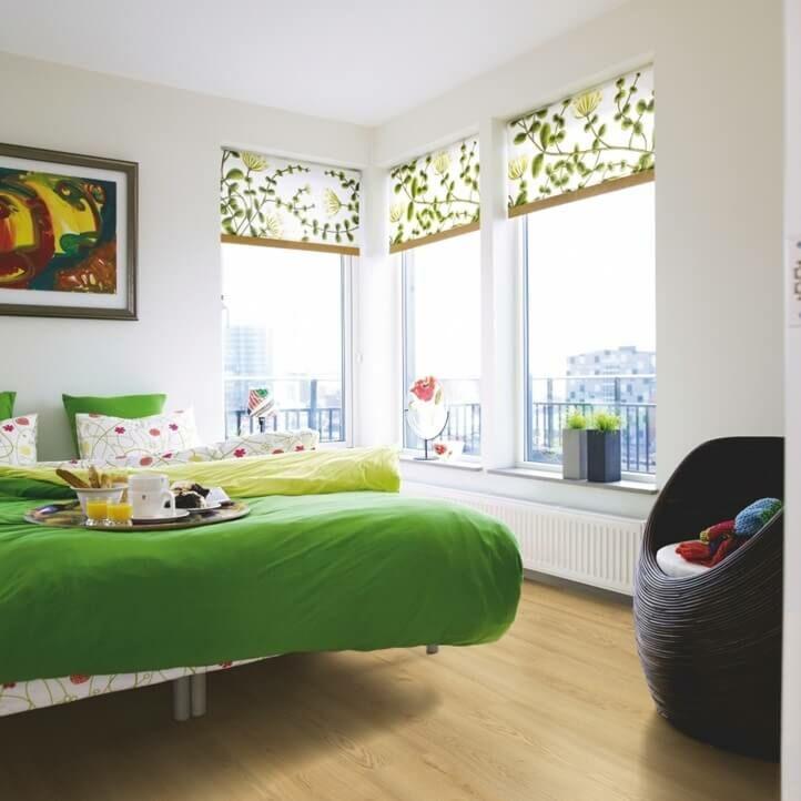 suelo laminado de la marca pergo de la serie domestic elegance roble natural cálido L0601-04394 en un ambiente de habitación.