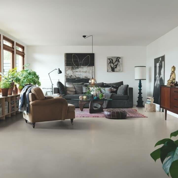 Parquet vinílico de la marca Pergo cemento beige suave V2120-40144 de la serie premium en un ambiente de habitación.