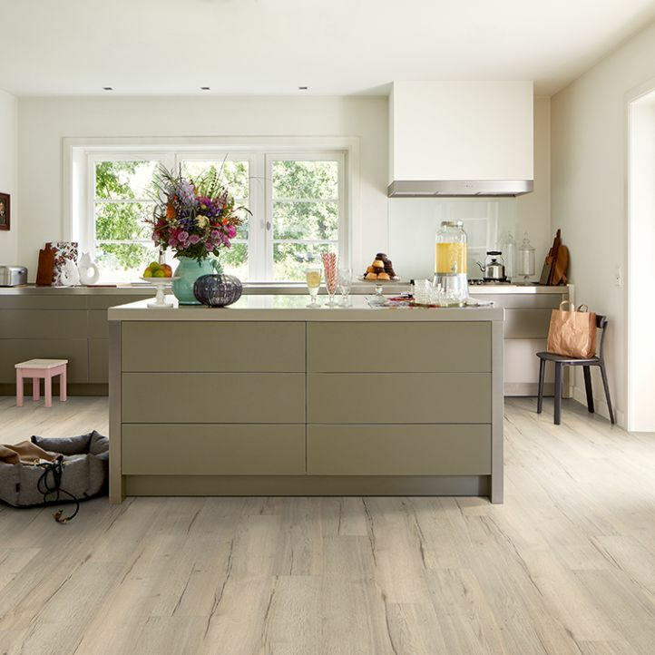 Suelo laminado GreenTec EHD013 en una cocina.