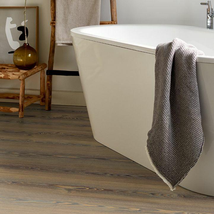 Suelo laminado GreenTec EHD019 en un baño.