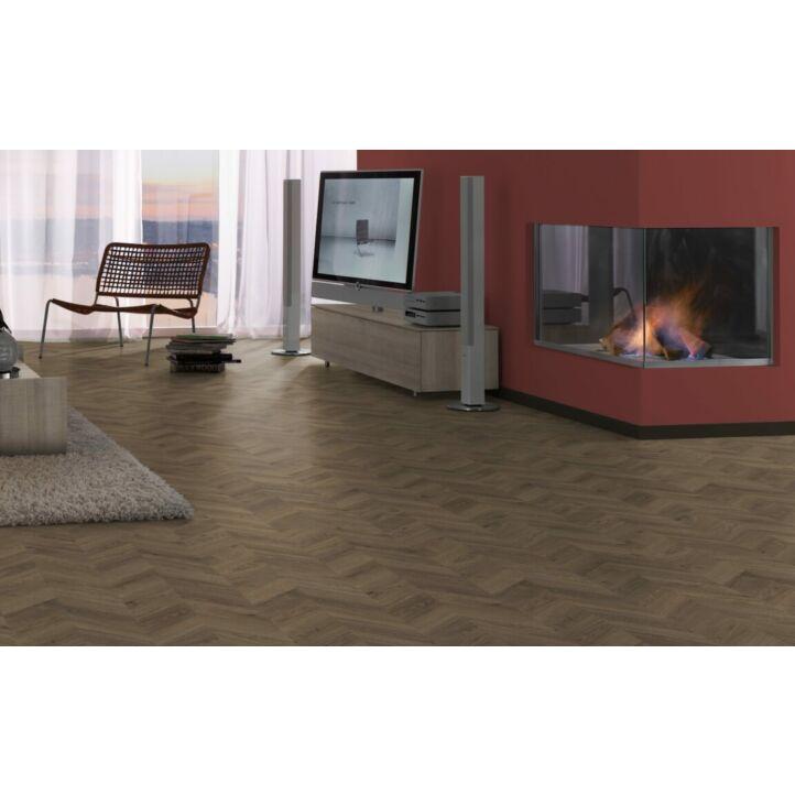 Parquet laminado  ROBLE WEINGBURG MARRÓN EHL066 de Egger Home de la serie Kingsize  en un ambiente de sala.