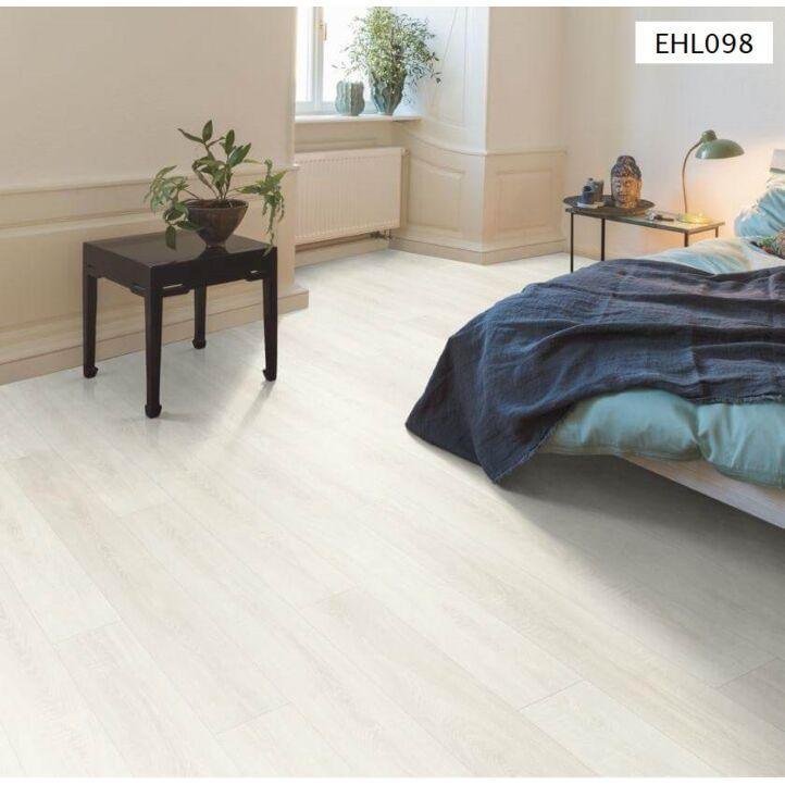 EHL098 en un cuarto minimalista.