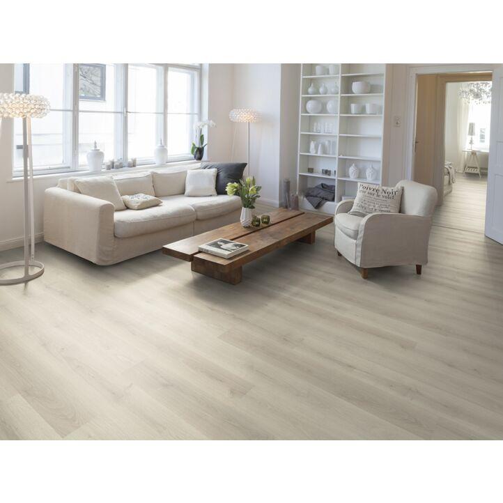 Un suelo laminado armonioso de Egger Home, el EHL133 Roble Kolpino blanco, instalado en la sala de estar.