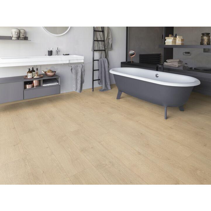 Un suelo laminado armonioso de Egger Home, el EHL167 ROBLE REDMOND CLARO, instalado en la sala de estar.