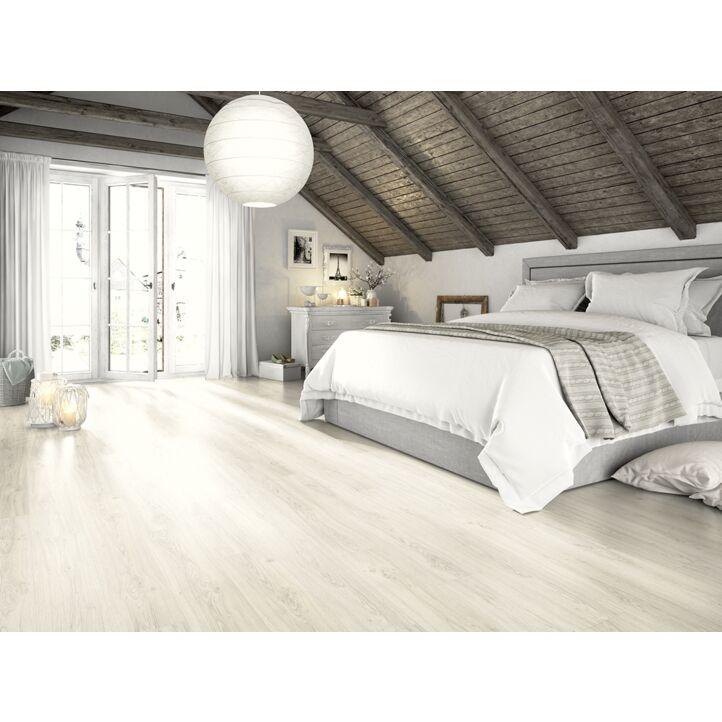 Un suelo laminado armonioso de Egger Home, el EHL182 Roble Limerick Miel, instalado en la sala de estar.