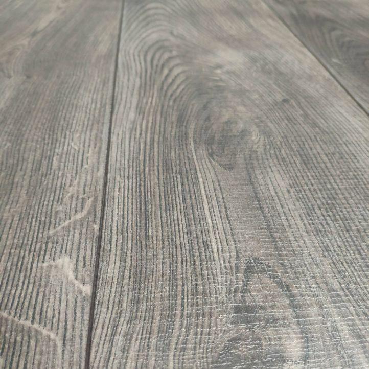 suelo laminado egger emotion en liquidación ac5 de 11mm de grosor em7182 roble oxford gris marrón