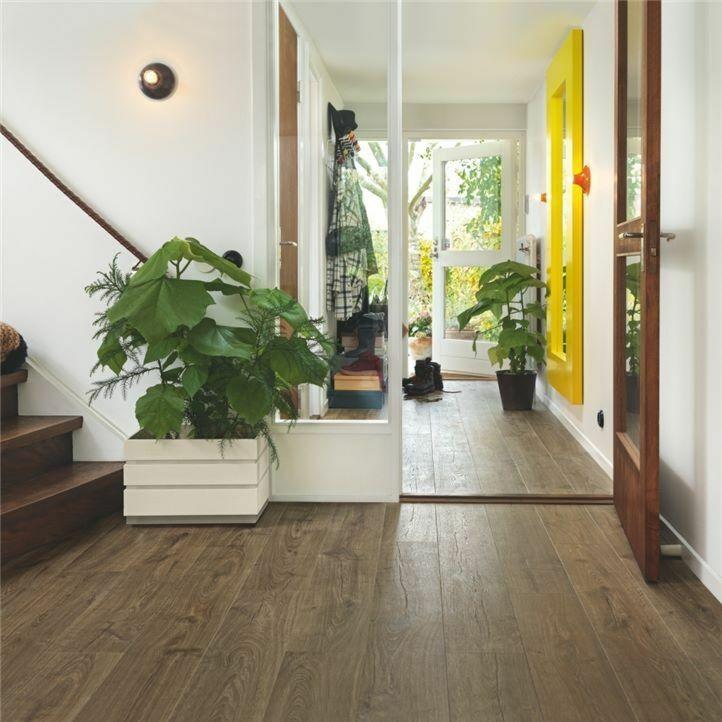 parquet laminado roble granja de la marca pergo de la serie original excellence sensation resistente al agua superficialmente l0231-03371 en un ambiente de habitación.