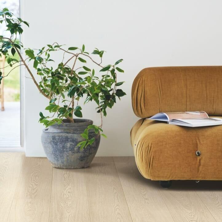 parquet laminado roble arena nórdica de la marca pergo de la serie living expression sensation resistente al agua superficialmente l0339-04291 en una habitación.