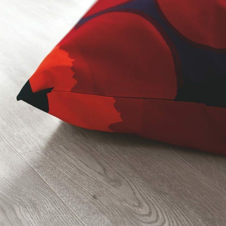 suelo laminado de la marca pergo de la serie domestic elegance roble viñedo L0607-04386 en vista de habitación.