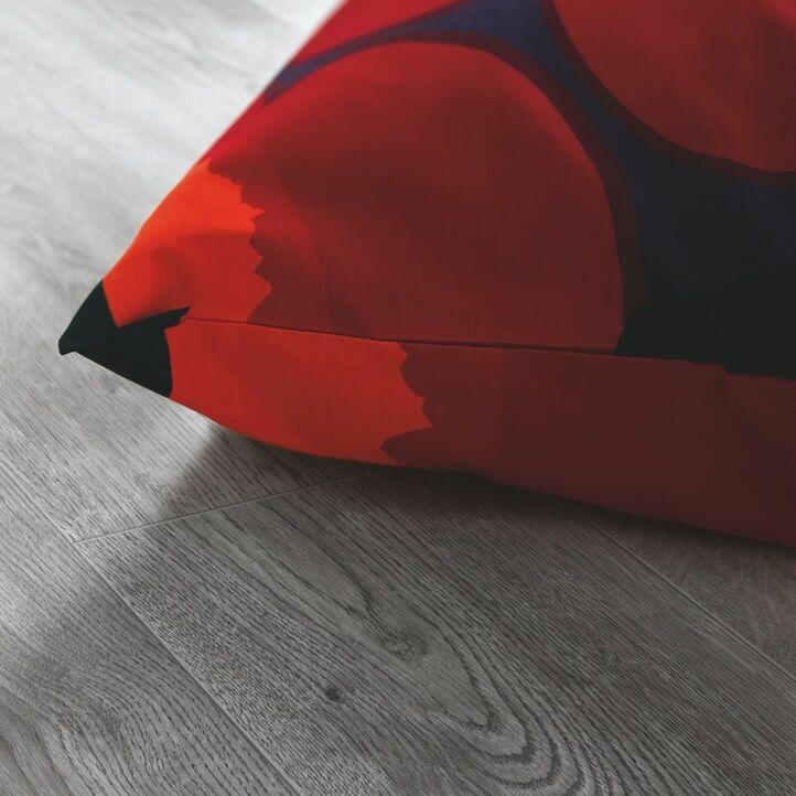 suelo laminado de la marca pergo de la serie domestic elegance roble gris elegante L0607-04388 en vista de habitación.