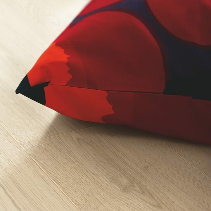 suelo laminado de la marca pergo de la serie domestic elegance roble río L0607-04389 en vista de habitación.