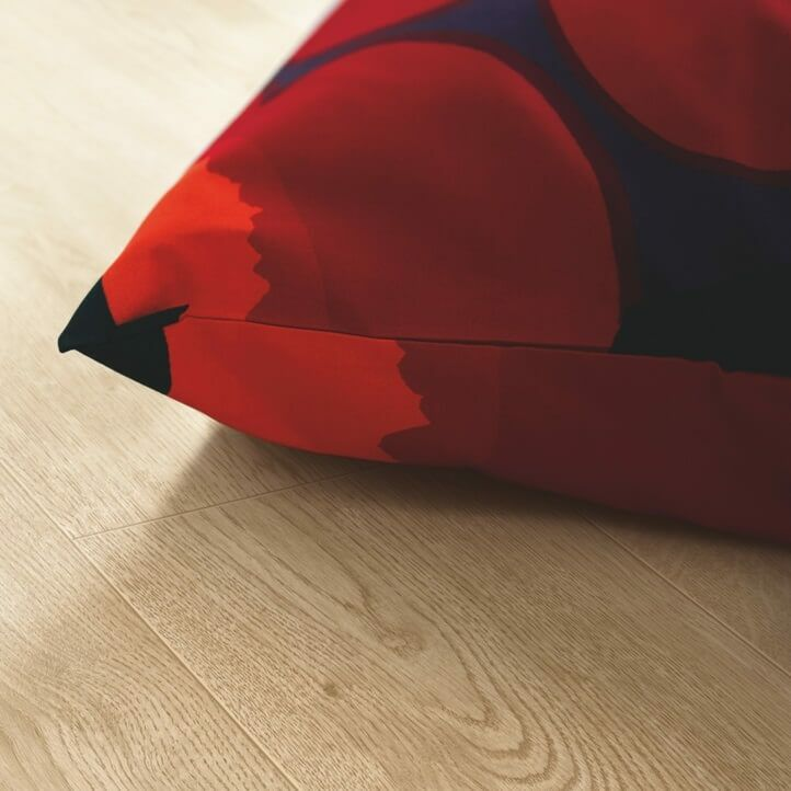 Suelo laminado de la marca pergo de la serie domestic elegance roble beige natural L0607-04390 en vista de habitación.