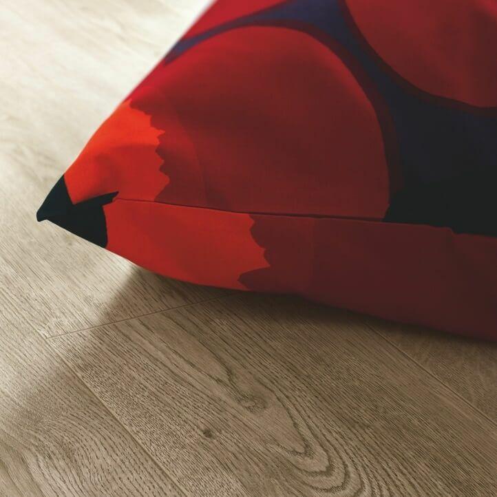 suelo laminado de la marca pergo de la serie domestic elegance roble cañón L0607-04393 en vista de habitación.