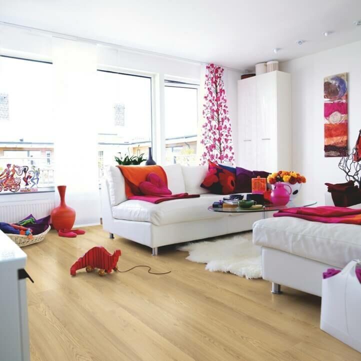 suelo laminado de la marca pergo de la serie domestic elegance roble natural cálido L0607-04394 en un ambiente de habitación.