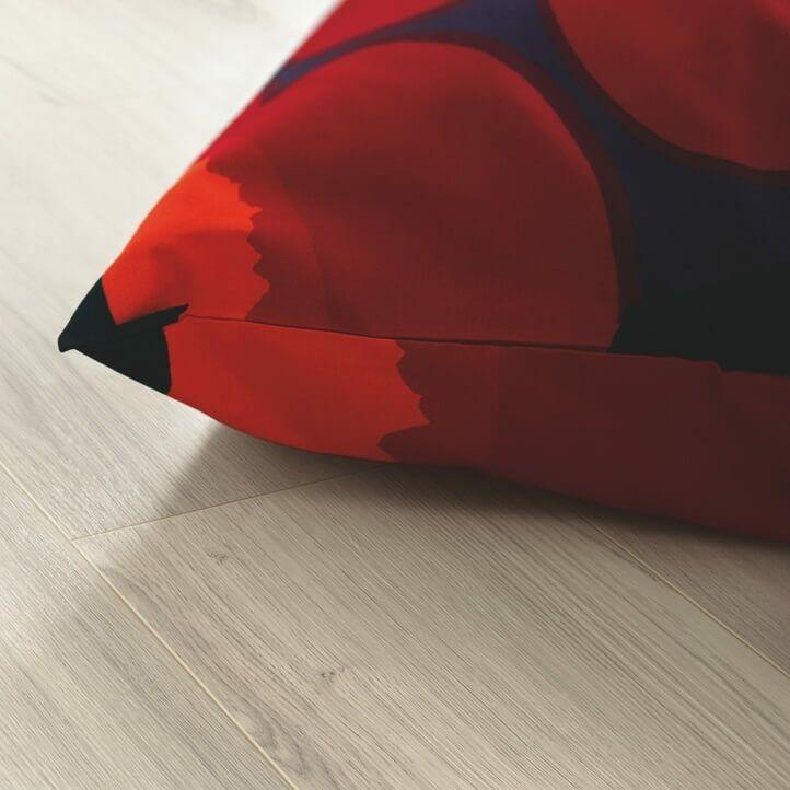 suelo laminado de la marca pergo de la serie domestic elegance roble gris claro L0607-04395 en vista de habitación.