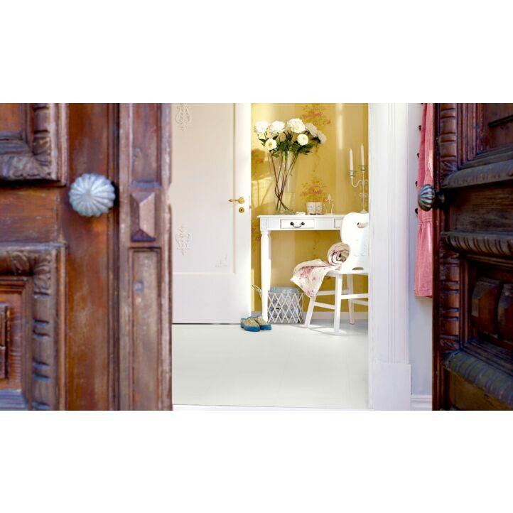 Parquet laminado de la marca pergo de la gama living expression plancha blanca L0318-01763 en un ambiente de habitación.