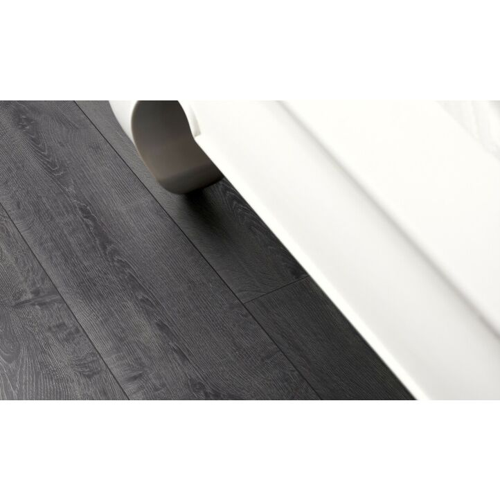 Parquet laminado de la marca pergo de la gama living expression roble media noche serie L0323-01763 en un ambiente de habitación.