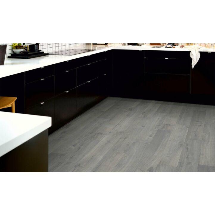 parquet laminado roble gris urbano de la marca pergo de la serie original excellence sensation resistente al agua superficialmente l0231-03368 en un ambiente de habitación.
