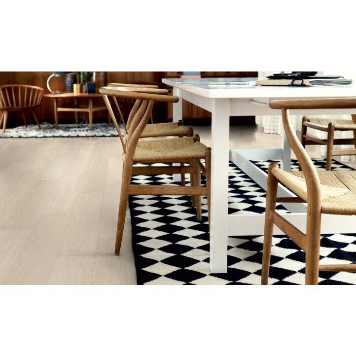 parquet laminado roble danés moderno de la marca pergo de la serie original excellence sensation resistente al agua superficialmente l0231-03372 en un ambiente de habitación con una alfombra.
