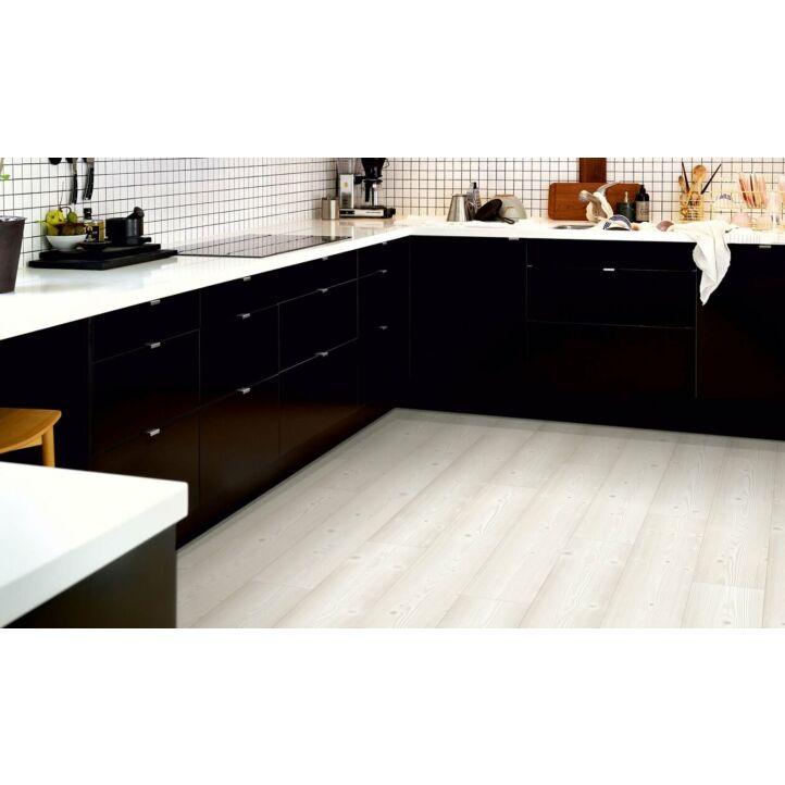 parquet laminado pino blanco cepillado de la marca pergo de la serie original excellence sensation resistente al agua superficialmente l0231-03373 en un ambiente de habitación.