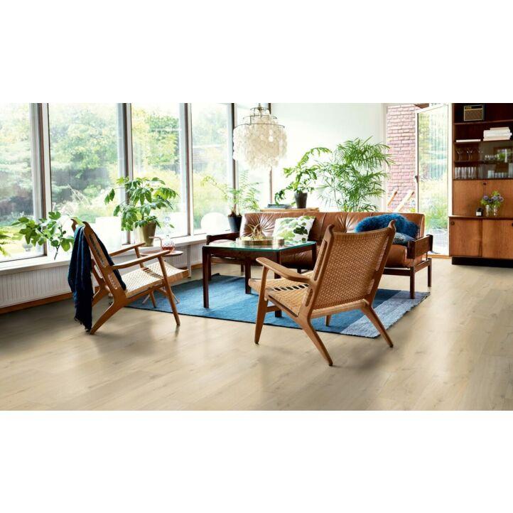 parquet laminado roble costero de la marca pergo de la serie original excellence sensation resistente al agua superficialmente l0231-03374 en un ambiente de habitación.