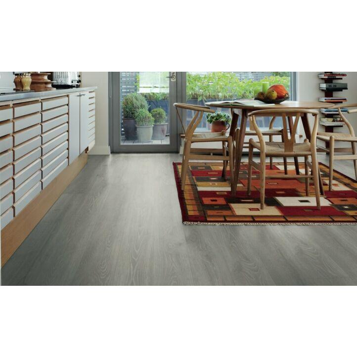 Parquet laminado de la marca pergo de la gama original excellence roble montaña rocosa L0234-03570 en un ambiente de habitación.