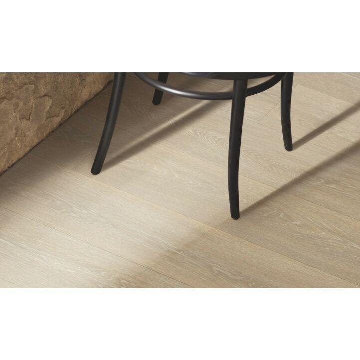 Parquet laminado de la marca pergo de la gama original excellence roble Nórdico Tiza L0234-03865 en un ambiente de habitación.