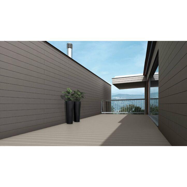 Exterior Cdeck de carbono-cork en lama alveolar negro en un ambiente de terraza exterior.