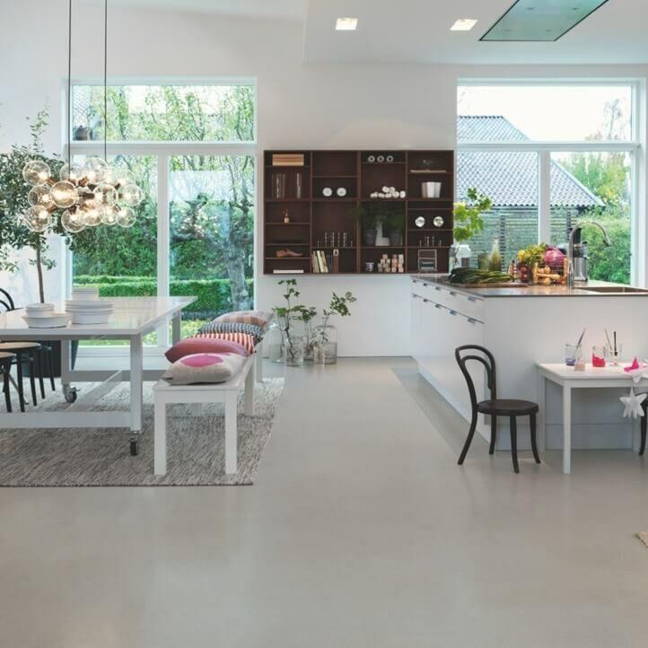 Parquet vinílico de la marca Pergo mineral moderno gris V3120-40142 de la serie optimum en un ambiente de cocina.