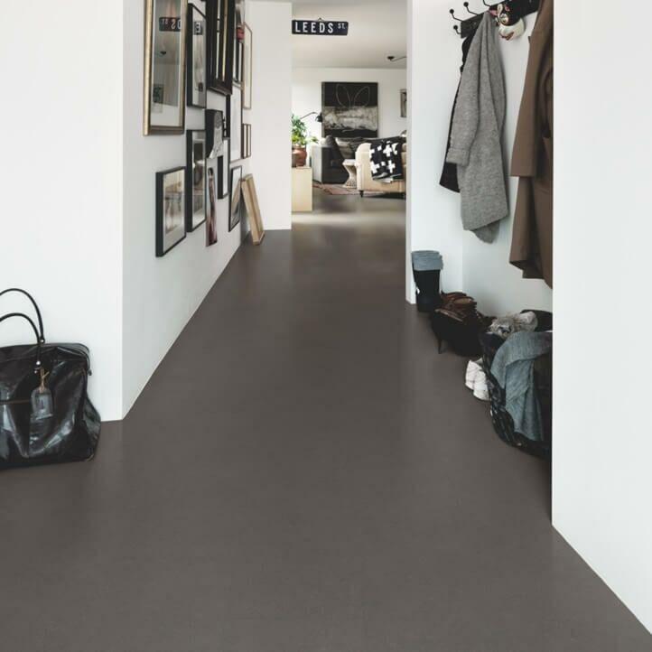 Parquet vinílico de la marca Pergo mineral moderno negro V3120-40143 de la serie optimum en un ambiente de salón.