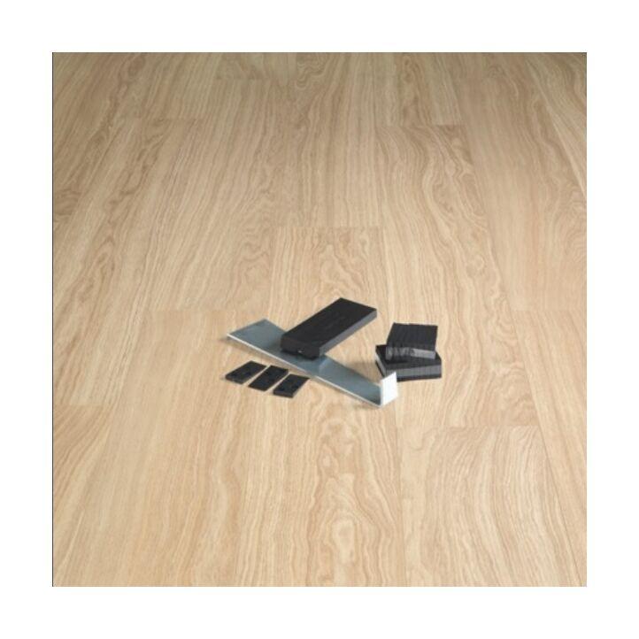 kit de instalación de Quick-Step encima de un suelo de parquet.