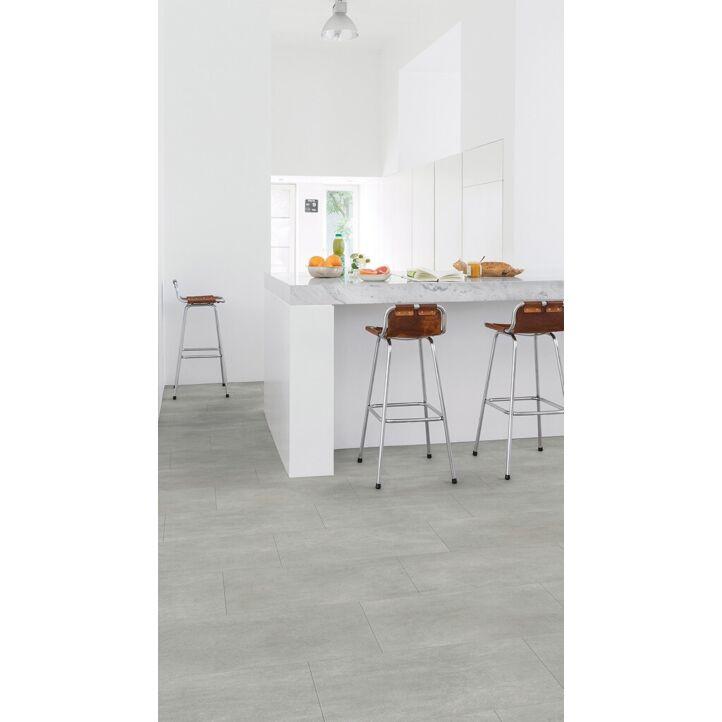 Parquet vinílico de la marca Quick-Step livyn hormigón gris cálido AMCP40050 de la serie Ambient Click en un ambiente de habitación.