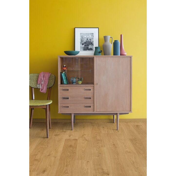Parquet laminado de roble blanco claro de la marca quick-step de la serie eligna en un ambiente de habitación.