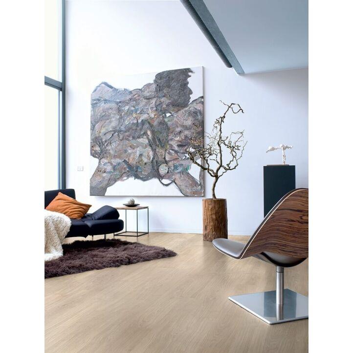 Parquet laminado de roble barnizado gris claro de la marca quick-step de la serie eligna en un ambiente de habitación.