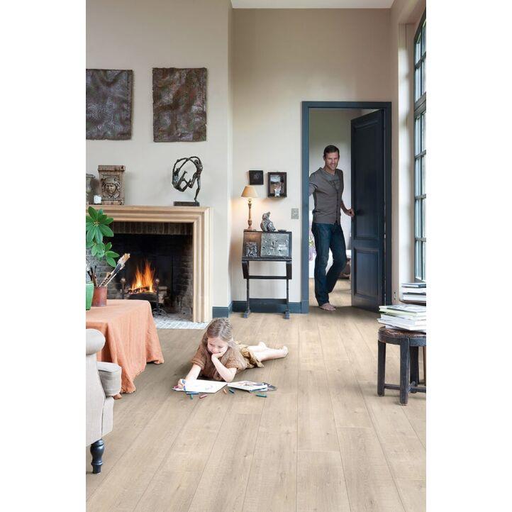 Parquet laminado de roble con cortes de sierra im 1857 de la marca quick-step de la serie impressive  en un ambiente de habitación.