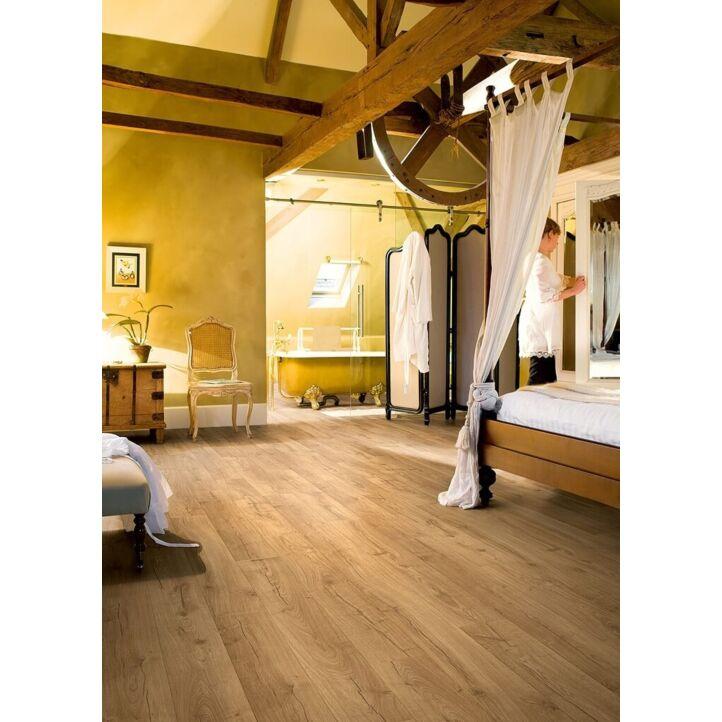 Parquet laminado de roble clásico natural de la marca quick-step de la serie impressive ultra en un ambiente de habitación.