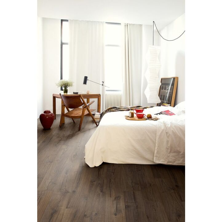 Parquet laminado de robe clásico marrón de la marca quick-step de la serie impressive en un ambiente de habitación.