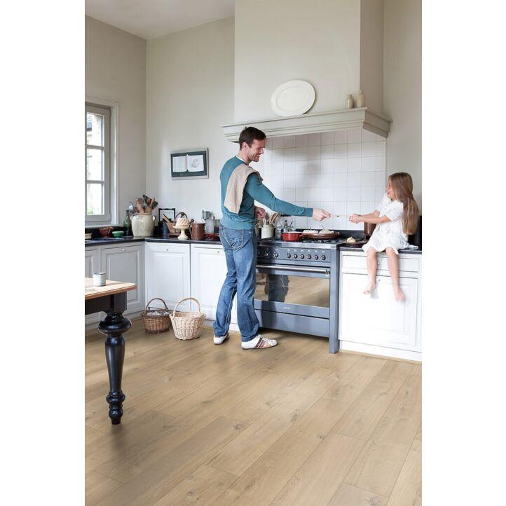 Parquet laminado de roble medio imu1856 de la marca quick-step de la serie impressive ultra en un ambiente de habitación.