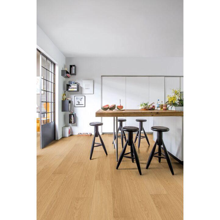 Parquet laminado de roble barnizado natural de la marca quick-step de la serie impressive ultra en un ambiente de habitación.